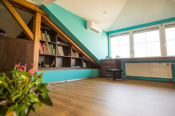 Vstavaná knihovnička v podkroví